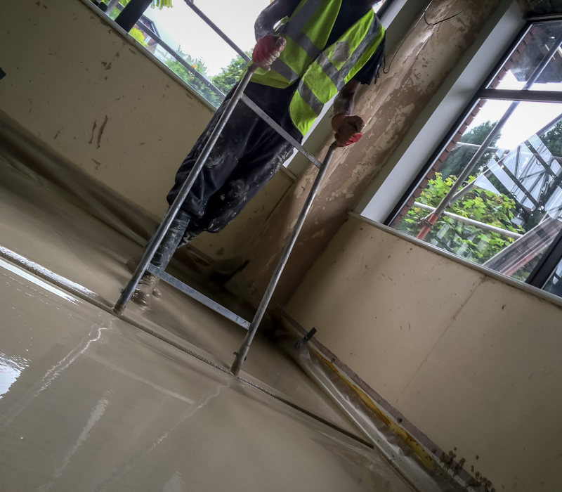 Levelling out a liquid screed floor