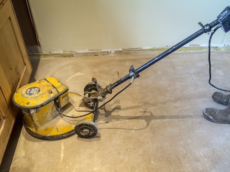 Preparing liquid screed floor for tiling